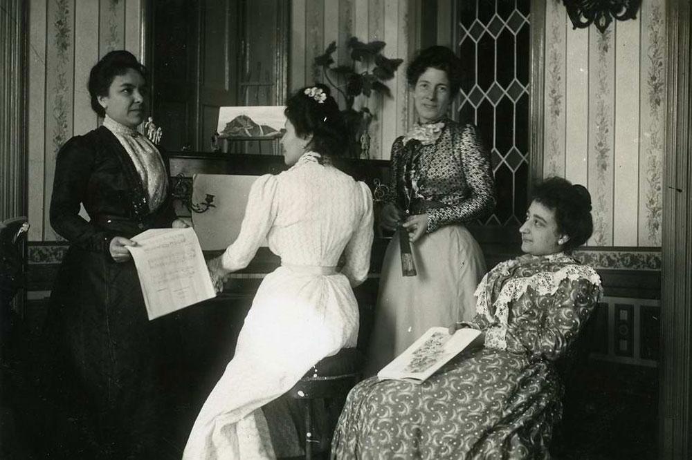 Retrat de les germanes Llagustera amb la senyora de cal Duro en un saló de la casa de la comtessa de Llach AMSFG. Col·lecció Santiago Güitó (Autor: desconegut)