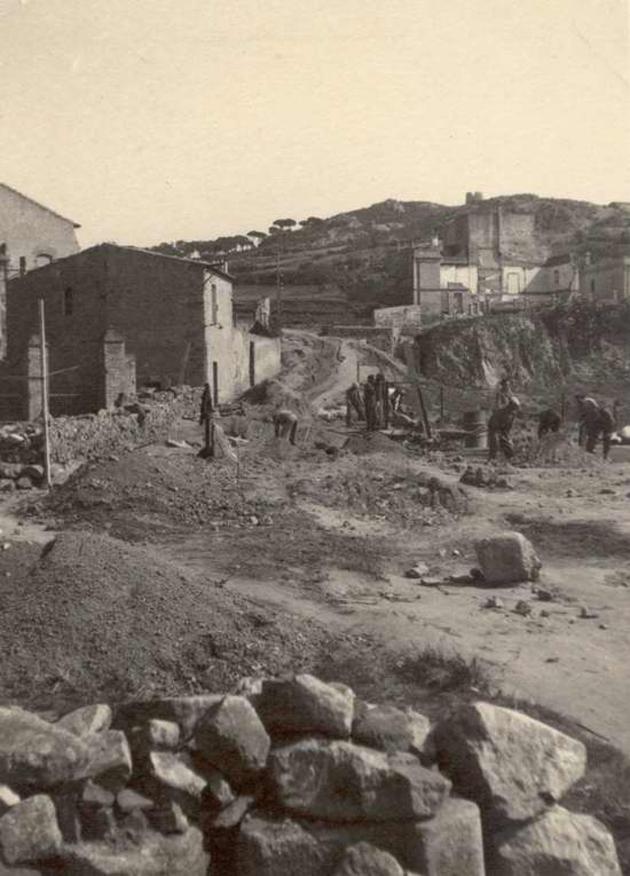 Construcció de la carretera de Sant Feliu de Guíxols a Sant Pol als anys 40 AMSFG. Col·lecció Municipal d'Imatges (Autor desconegut)