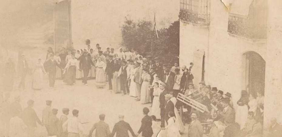 Sardanes a la casa pairal de la família Vicens, a Solius (Santa Cristina d'Aro) amb motiu de Sant Joan, 1894 AMSFG. Col·lecció Benet Julià (Autor: Jaume Bertran)