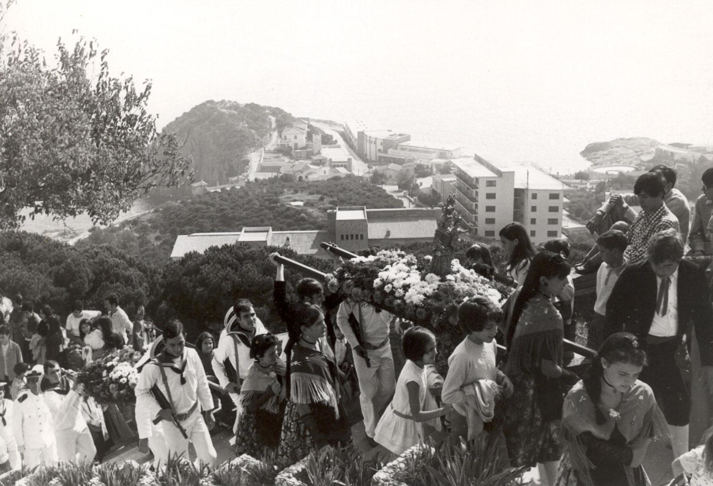 Arribada de la processó a l'ermita de Sant Elm a principis dels 70 AMSFG. Col·lecció Municipal d'Imatges (Autor: desconegut)