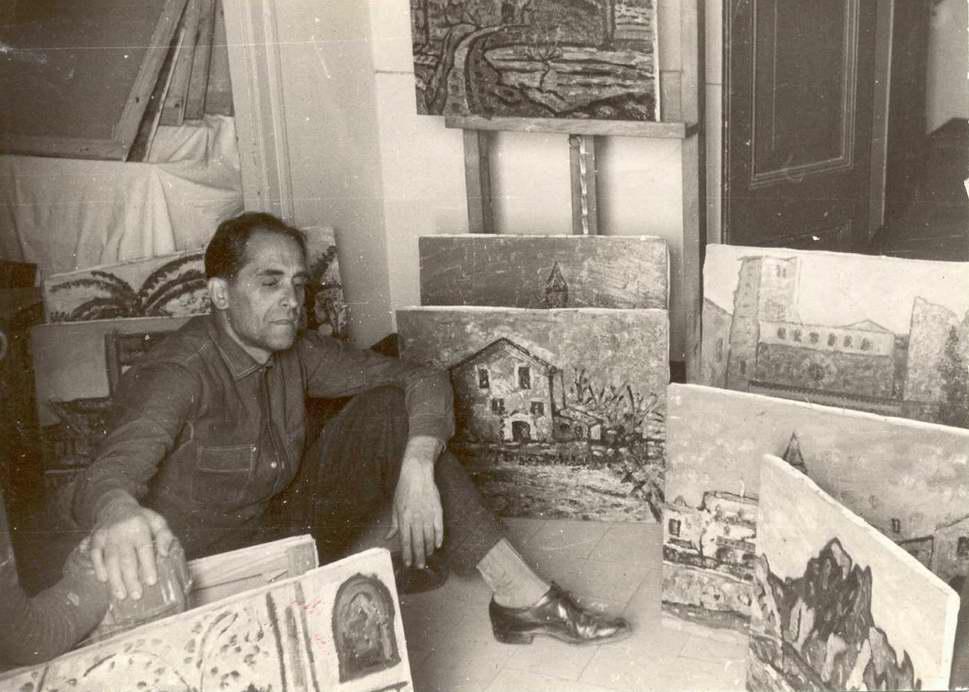 Josep Albertí envoltat de quadres als anys 50. AMSFG. Fons Josep Albertí Corominas (autor desconegut).