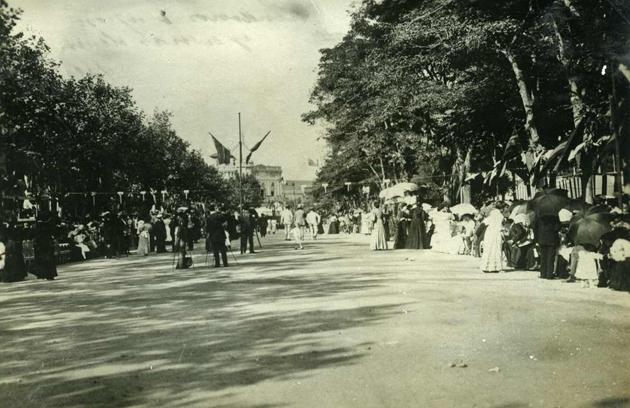 Passeig del Mar durant la Festa Major cap a l'any 1900 AMSFG. Col·lecció Santiago Güitó (Autor desconegut)