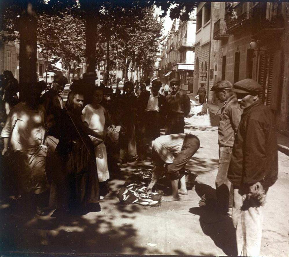 Detall del mercat del peix a l'actual rambla Vidal cap al 1930 AMSFG. Fons Francesc Llorens (Autor: Francesc Llorens)
