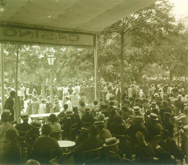 Terrassa del Casino La Constància i ambient del passeig per Festa Major, anys 20. AMSFG. Fons Francesc Llorens (Autor: Francesc Llorens)