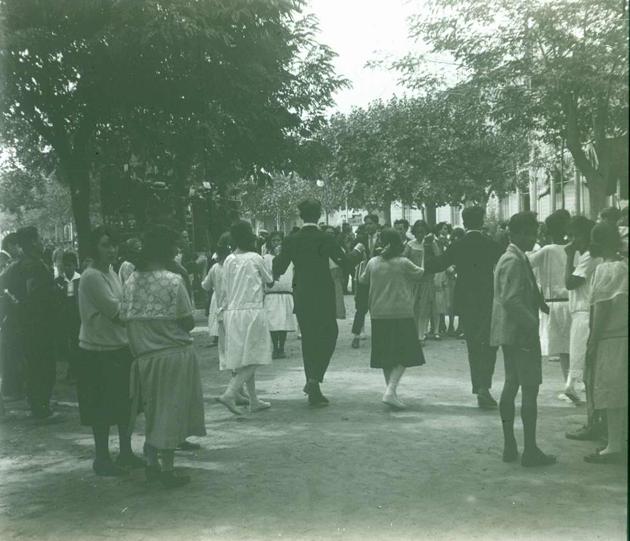 Ballada de sardanes al passeig, als anys 20 AMSFG. Fons Francesc Llorens (Autor: Francesc Llorens)