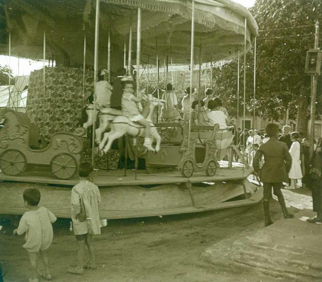 Atracció de fires, coneguda com els cavallets, instal·lada al passeig del Mar per la Festa Major als anys 20. AMSFG. Fons Francesc Llorens (Autor: Francesc Llorens)