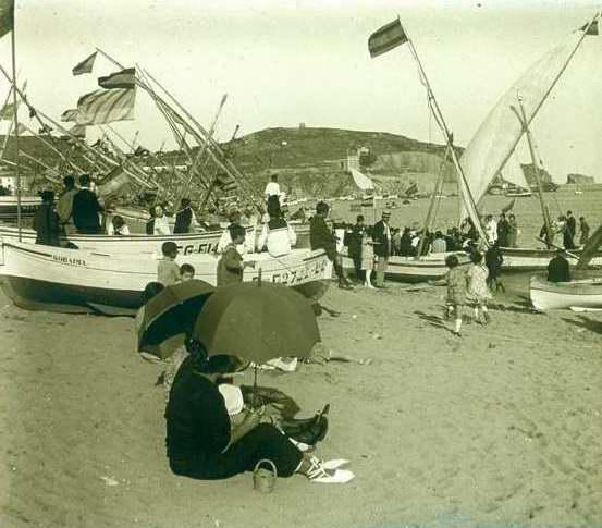 Platja de Sant Feliu de Guíxols amb els llaguts engalanats amb banderes espanyoles, 1919. AMSFG. Fons Francesc Llorens (Autor: Francesc Llorens)