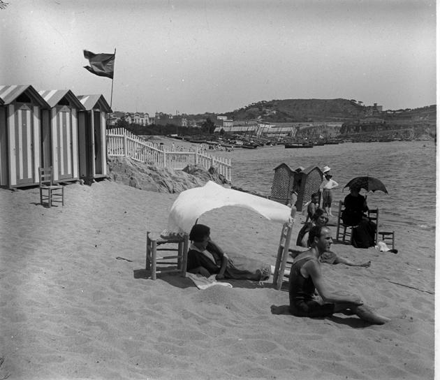 Banys del racó de garbí de la platja de Sant feliu (1922 – 1930). AMSFG. Fons Francesc Llorens. Autor: Francesc Llorens.