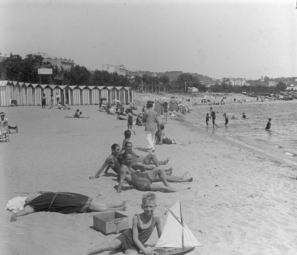 AMSFG. Fons Francesc Llorens. Autor: Francesc Llorens. Casetes de banys al racó de garbí amb diversos banyistes a la sorra (1922 – 1930).