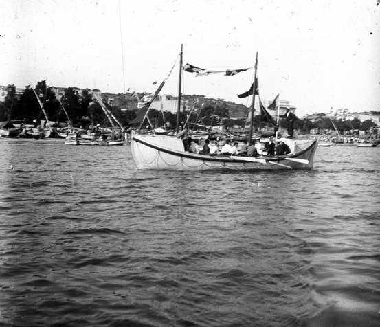 Bot Miquel Boera de salvament de nàufrags engalanat amb banderoles navegant per la badia de Sant Feliu de Guíxols AMSFG. Fons Francesc Llorens (Autor: Francesc Llorens)