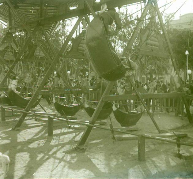 Atracció de fires anomenada les barques voladores durant una Festa Major als anys 20 AMSFG. Fons Francesc Llorens (Autor: Francesc Llorens)