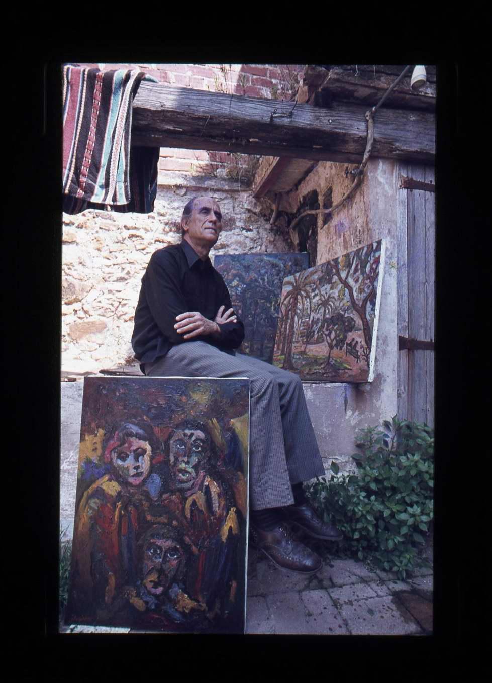 Josep Albertí amb alguns dels seus quadres el 17 de setembre de 1978. AMSFG. Fons Alfons Hereu Ruax (autor: Alfons Hereu).