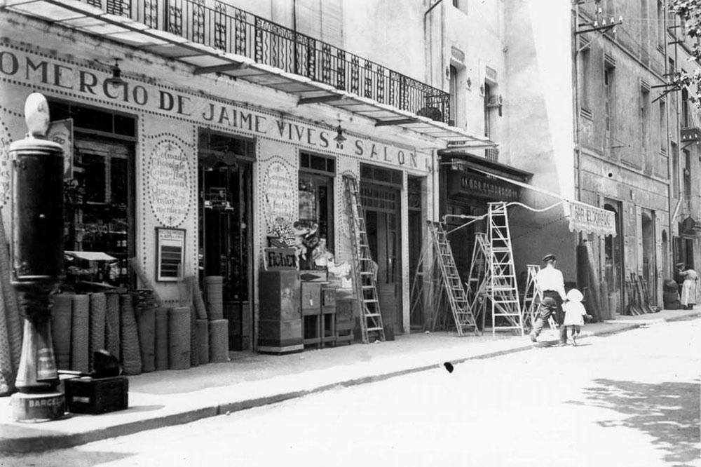 Casa Mapa, al xamfrà del carrer Anselm Clavé amb la rambla Vidal, als anys 20 AMSFG. Col·lecció Espuña-Ibáñez (Autor: desconegut).