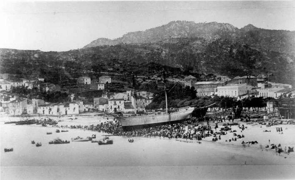 Veler a la platja de Sant Feliu pocs moments abans de la seva avarada (1870 – 1880). AMSFG. Fons Espuña – Ibañez. Autor: Desconegut.