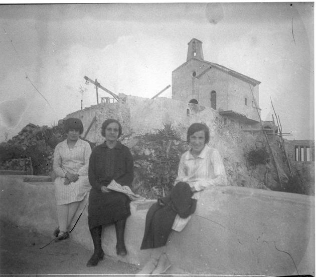 Retrat davant l'ermita de Sant Elm durant la restauració promoguda per Pere Rius i Calvet, al principi dels anys 20 AMSFG. Col·lecció Espuña-Ibáñez (Autor desconegut)