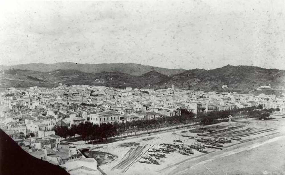 Vista general de la platja al final del segle XIX. Les primeres drassanes s'estenien al sorral de la platja –encara no existia el passeig del Mar- a partir de la riera del Monestir fins a l'alçada de la plaça del Mercat. AMSFG.Col·lecció Espuña-Ibáñez (Autor desconegut).