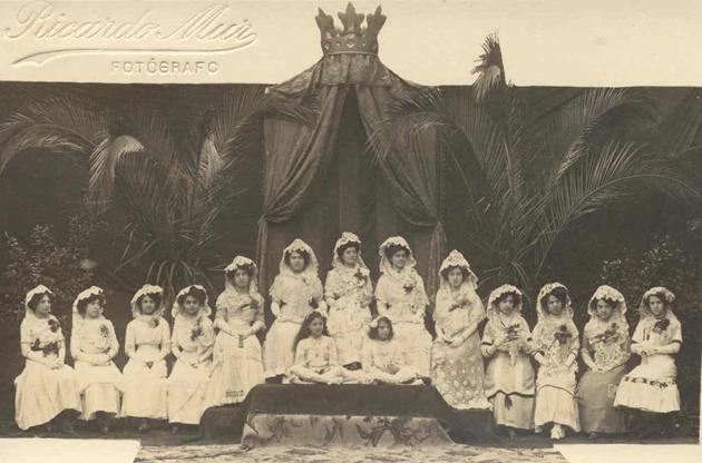 Retrat realitzat amb motiu dels Jocs Florals organitzats per la Festa Major de l'any 1910. La reina fou Rosa Batet. AMSFG. Col·lecció Espuña-Ibáñez (Autor: Ricard Mur)
