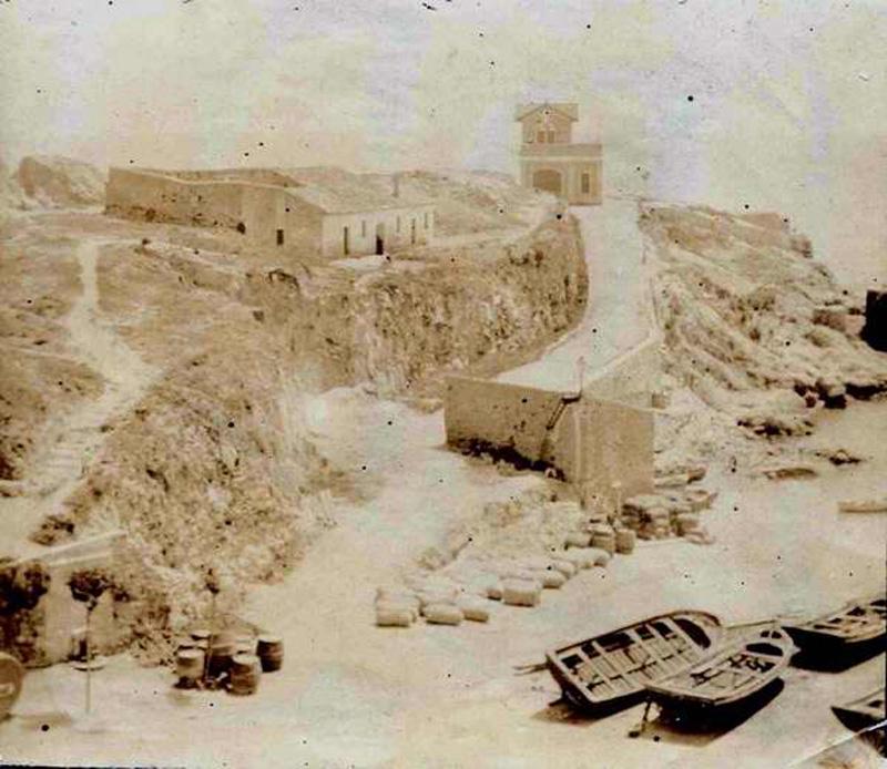 Racó de Llevant i pujada al Salvament cap al 1890. A l'esquerra, el desaparegut Llatzaret, on feien la quarantena els tripulants procedents de vaixells amb malalties infeccioses. AMSFG. Col·lecció Espuña-Ibáñez. (Autor desconegut).