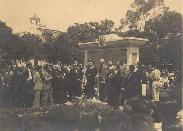 Inauguració del monument dedicat a Juli Garreta, presidida pel mateix Francesc Macià, el dia 1 d'agost de 1932 AMSFG. Col·lecció Espuña-Ibáñez (Autor desconegut)