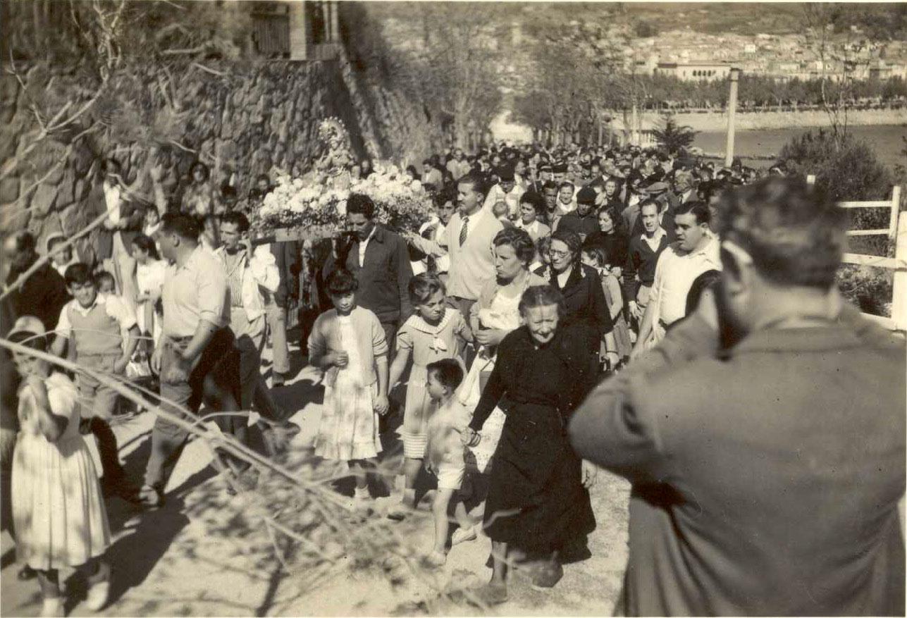 Seguici de la processó del Bonviatge pujant a Sant Elm l'any 1955 AMSFG. Fons Enric Figueras (Autor: Enric Figueras)