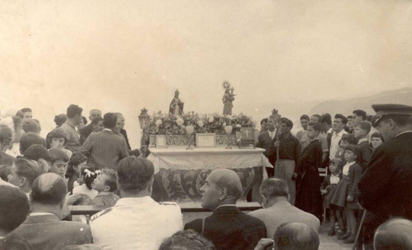 Missa davant de l'ermita de Sant Elm durant l'Aplec de la Verge del Bonviatge als anys 50 AMSFG. Col·lecció Espuña-Ibáñez (Autor: desconegut)