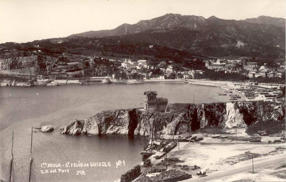 Vista de la punta dels Guíxols des del moll del port comercial, on antigament hi havia la platja de Calassanç, cap al 1930 AMSFG. Col·lecció Espuña-Ibáñea (Autor: Ricard Mur)