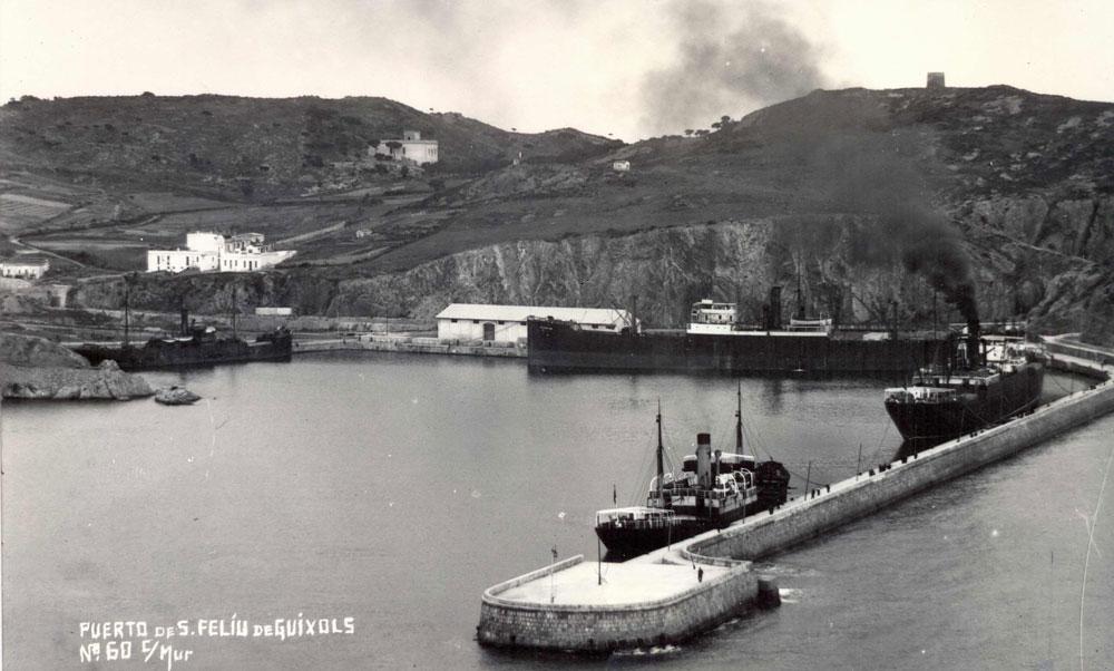 El port de Sant Feliu ple de vaixells de càrrega (1925 – 1935). AMSFG. Fons Espuña – Ibañez. Autor: Ricard Mur Dargallo.