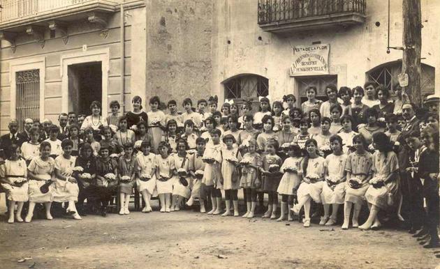 Retrat de les voluntàries que van participar en la Festa de la Flor, organitzada per la Previsión Guixolense en benefici de la vellesa el dia 1 d'agost de 1919 AMSFG. Col·lecció Josep Escortell (Autor: Ricard Mur)