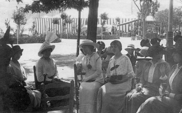Retrat de grup a la terrassa del Casino La Constància als anys 20, durant la Festa Major. Al fons, el tendal de l'envelat AMSFG. Col·lecció Municipal d'Imatges (Autor desconegut)
