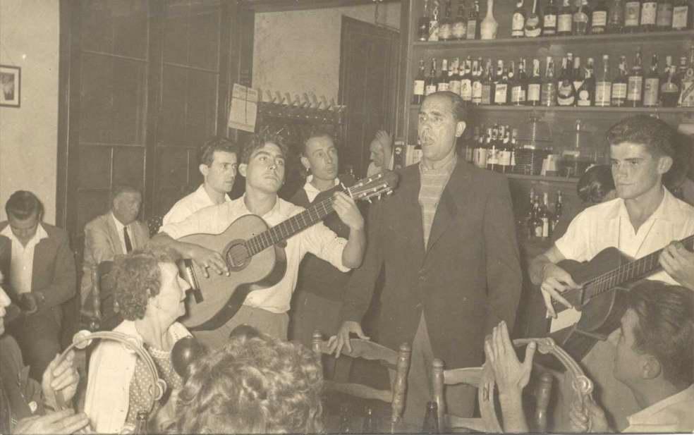 Josep Albertí cantant a can Saura cap al 1960. AMSFG. Fons Josep Albertí Corominas (autor desconegut).