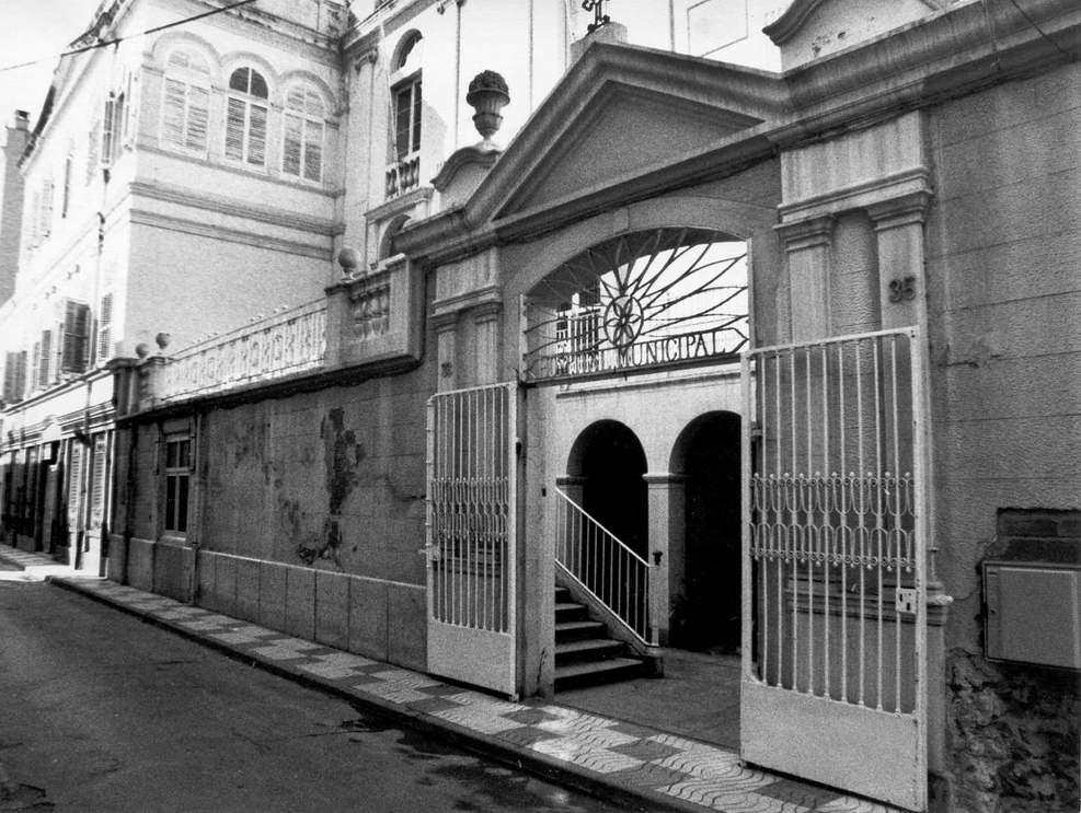 Detall de la façana de l'Hospital Municipal cap al 1980. AMSFG. Fons Joaquim Bigas Quintana (autor: Joaquim Bigas).