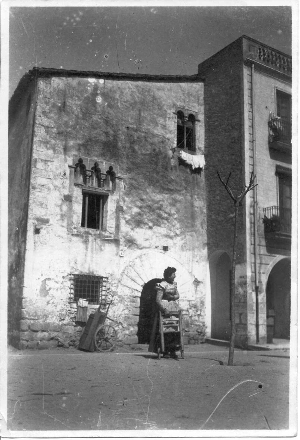 Façana de can Garjola, a la plaça del Mercat, l'any 1908 AMSFG. Col·lecció Josep Escortell (Autor: desconegut).