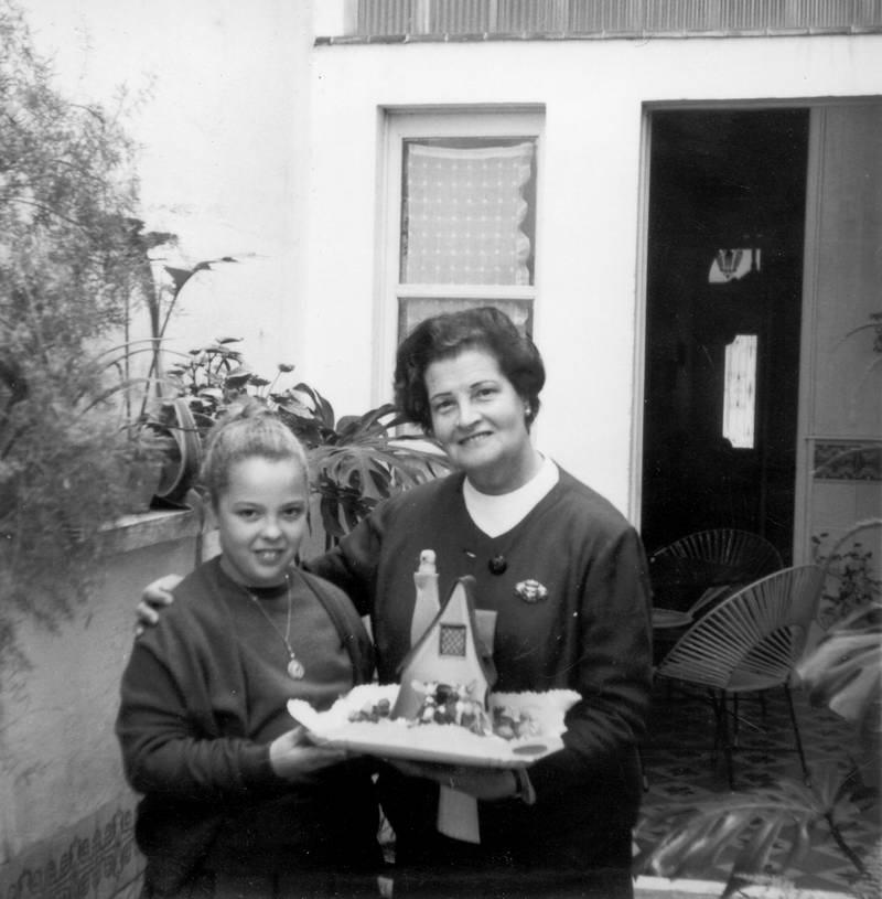 Maria Soler amb una de les seves filloles el dia de Pasqua, 1967. AMSFG. Fons Maria Soler Ristol (Autor desconegut)