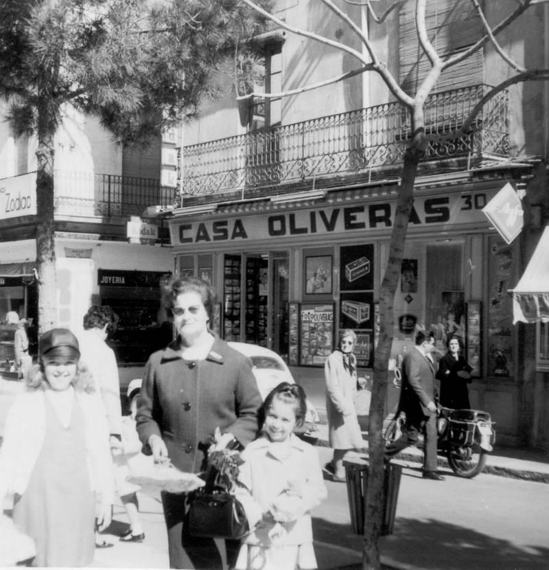 Maria Soler amb les seves filloles a la rambla Vidal, tornant de comprar la mona de Pasqua, 1967. AMSFG. Fons Maria Soler Ristol (Autor desconegut)