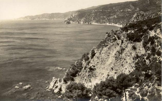 Costa entre Sant Feliu de Guíxols i Tossa de Mar vista des de la cala de les Penyes, cap al 1960 AMSFG. Col·lecció Josep Escortell (Autor desconegut)