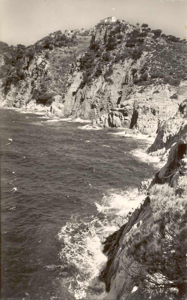 Costa des de la punta de la Cova fins a cala Vigatà amb l'ermita de Sant Elm, cap al 1965 AMSFG. Col·lecció Josep Escortell (Autor: J. Cebollero)