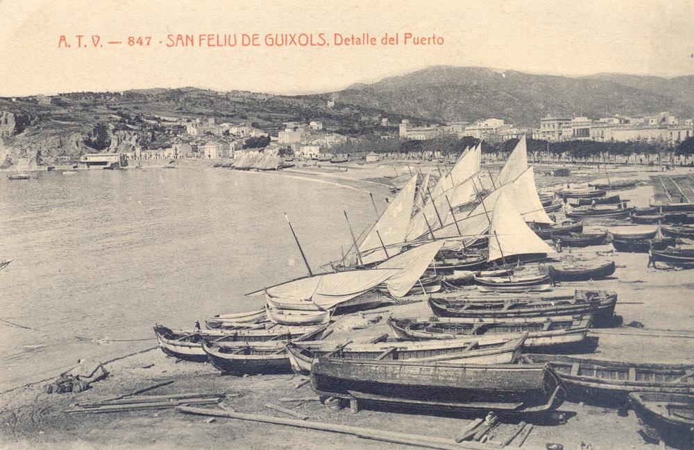 AMSFG. Fons Ajuntament de Sant Feliu de Guíxols. Autor: Desconegut. La platja de Sant Feliu plena de llaguts de pesca i xarxes esteses (1910 – 1920).
