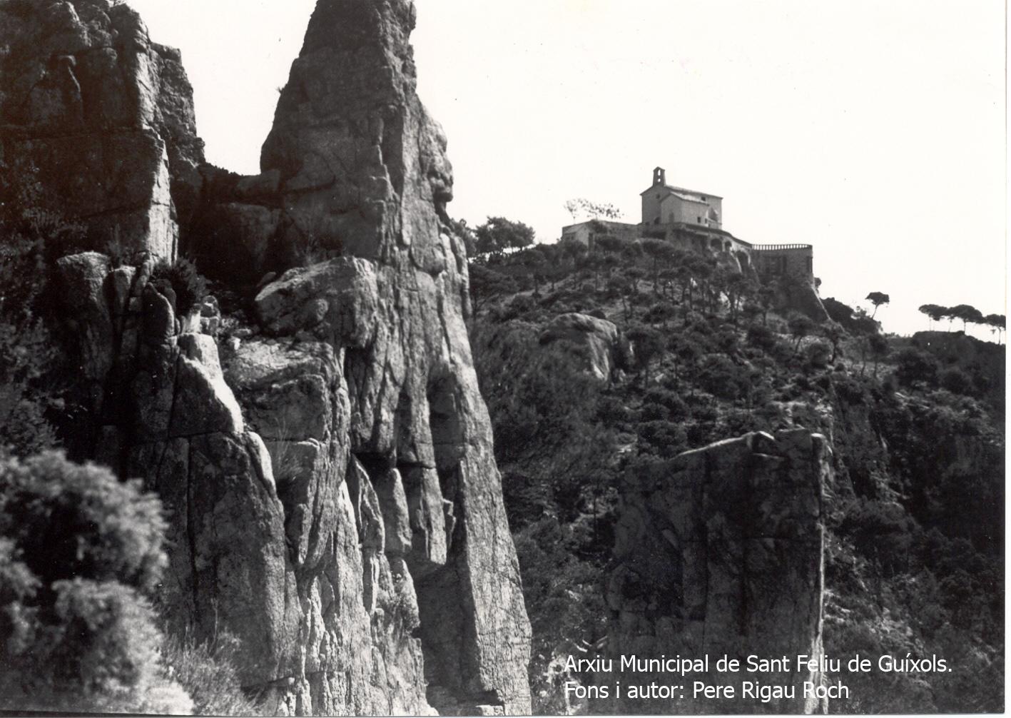 L'ermita de Sant Elm des de la cala del Vigatà, el 1935. Autor: Pere Rigau Roch. Arxiu Municipal de Sant Feliu de Guíxols.