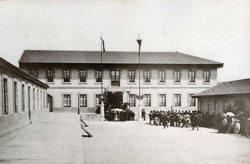 Inauguració de l'Exposició de Belles Arts, a la nau de la fàbrica de la vídua Ferer, el 3 de juliol de 1892 AMSFG. Col·lecció Espuña-Ibáñez (Autor: Jaume Bertran)