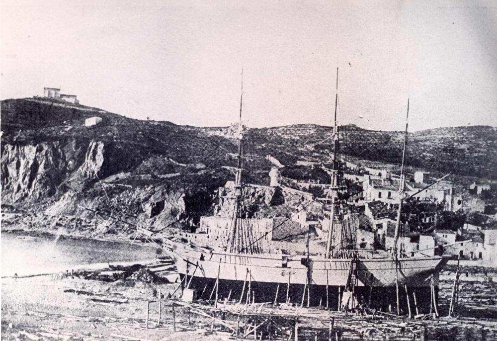 Bricbarca Galofre en construcció a les drassanes de la platja de Sant Feliu (1871). AMSFG. Fons Ajuntament de Sant Feliu de Guíxols. Autor: Desconegut.