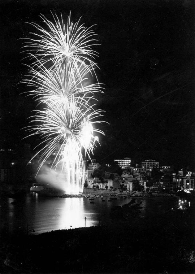 Castell de focs al racó de Garbí per la Festa Major als anys 80. AMSFG. Fons Gràfiques Bigas (Autor: Joaquim Bigas)