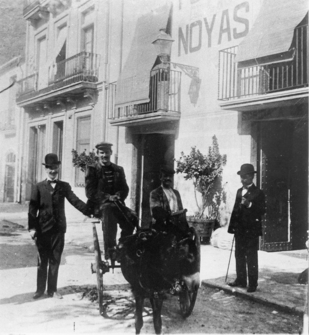 Ruquet i carro de l'Hotel les Noies, utilitzat com a taxi per als clients, cap a 1900. AMSFG. Col·lecció Municipal d'Imatges (Autor desconegut)