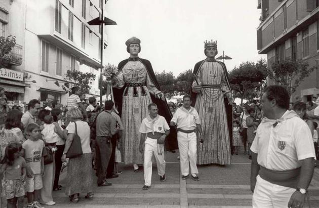 Gegants desfilant a la rambla Vidal per la Festa Major de l'any 1998 AMSFG. Fons Gràfiques Bigas (Autor: Joaquim Bigas)