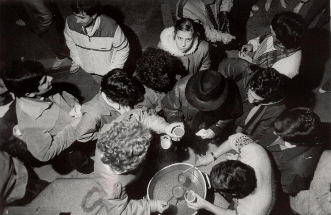 Xocolatada per la festa de Sant Tomàs d'Aquino, 1985. AMSFG. Col·lecció Municipal d'Imatges (Procedència: El Punt Diari/ Autor: Joan Comalat)