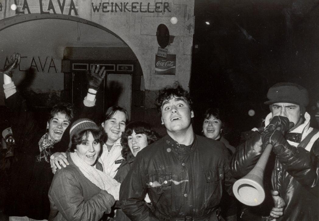 Estudiants fent la ronda de serenates, 1985. AMSFG. Col·lecció Municipal d'Imatges (Procedència: El Punt Diari/ Autor: Joan Comalat)