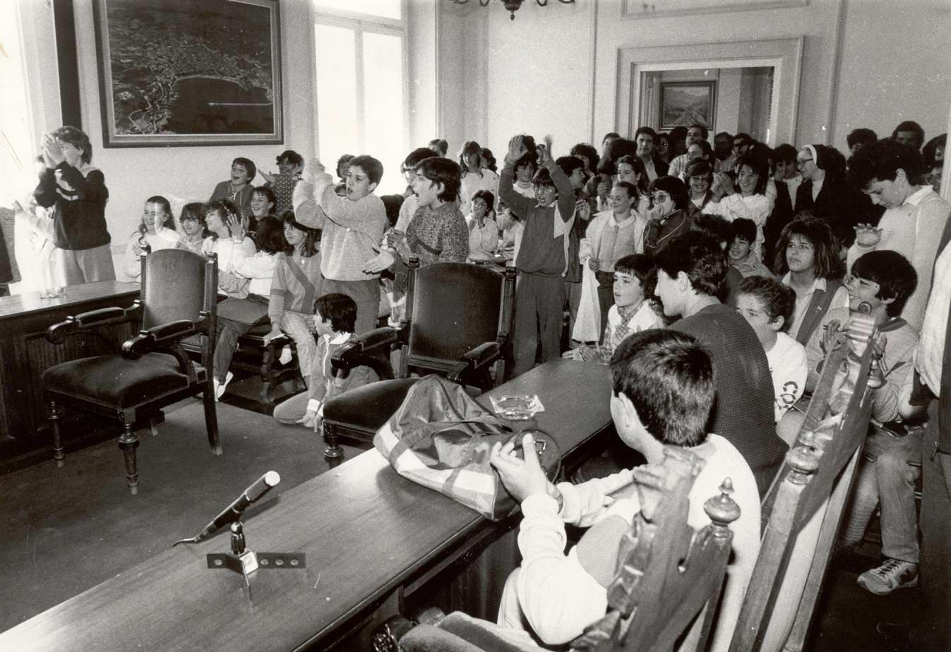 Lliurament de premis de la Mostra Literària de Sant Jordi a la Sala de Plens de l'Ajuntament de Sant Feliu de Guíxols, 23 d'abril de 1986 AMSFG. Col·lecció Municipal d'Imatges (Procedència: El Punt/Autor: Enric Estarlí)