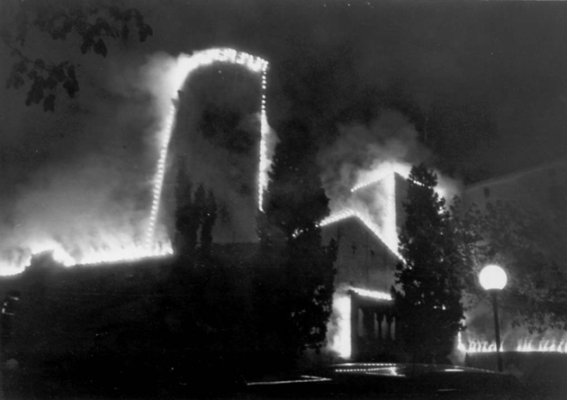 Vista de l'església parroquial de la Mare de Déu dels Àngels i del Monestir durant el correfoc de la Festa Major de l'any 1986 Procedència: El Punt/Avui (Autor desconegut)