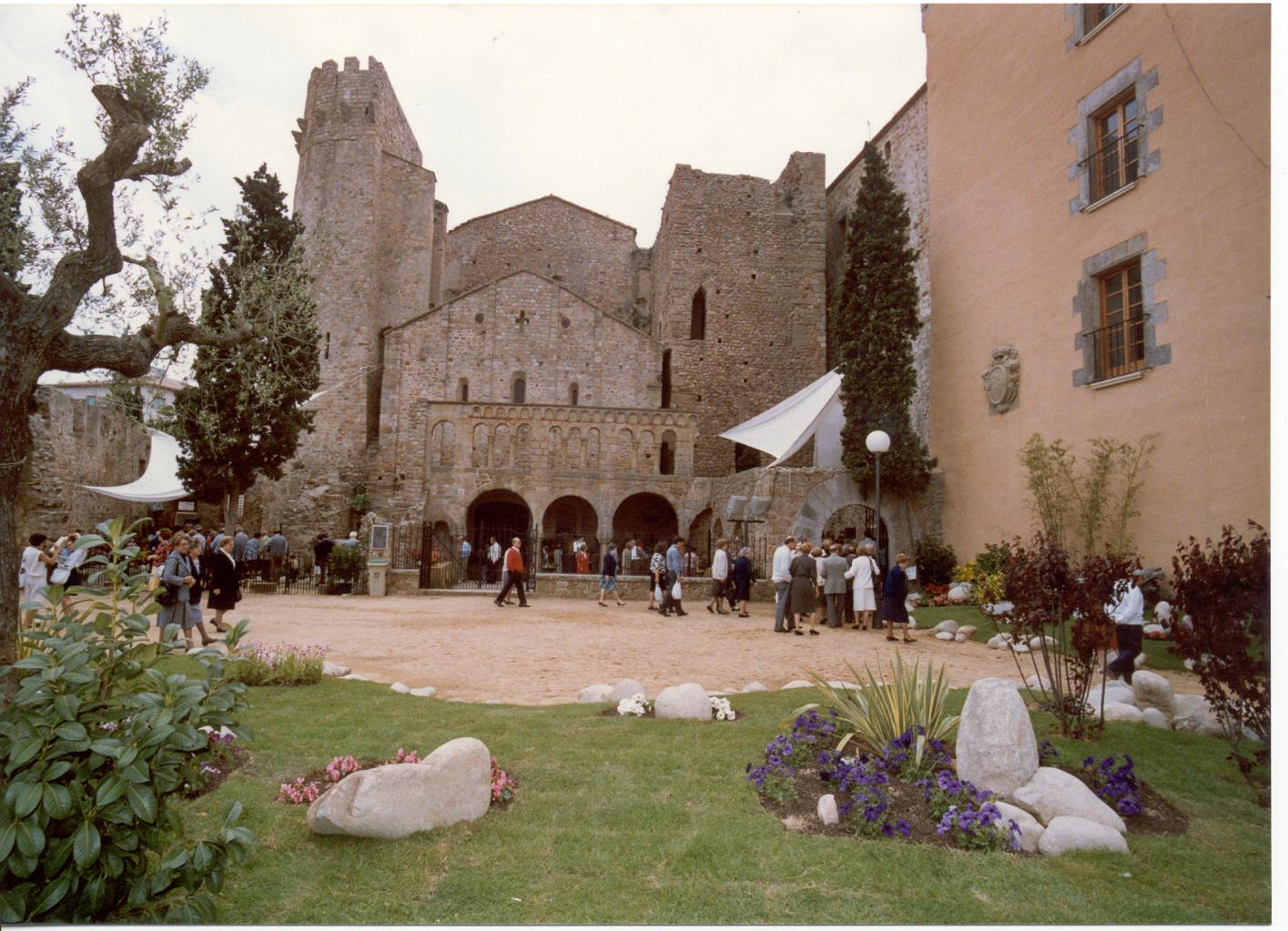 Detall de la plaça del Monestir durant el Concurs exposició de plantes i flors, 1990 AMSFG. Col·lecció Municipal d'Imatges (Autor desconegut)