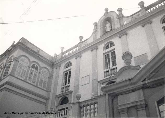 Vista de la part superior de la façana principal de l'Hospital Municipal. Arxiu Municipal de Sant Feliu de Guíxols.