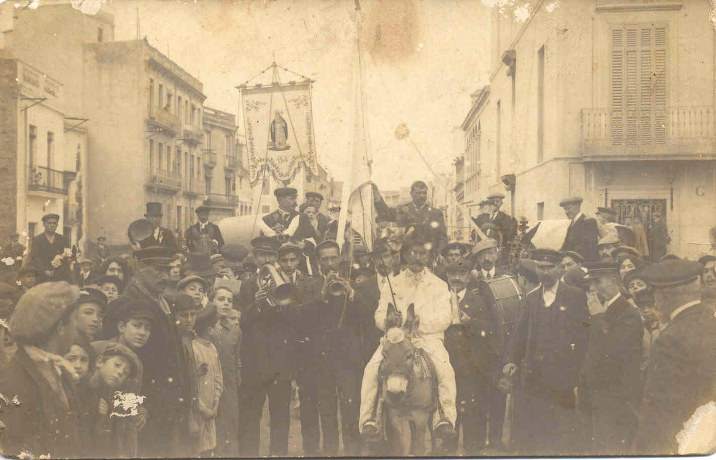Desfilada de 1915 a l'actual avinguda Juli Garreta. AMSFG. Col·lecció Espuña-Ibáñez (Autor desconegut)